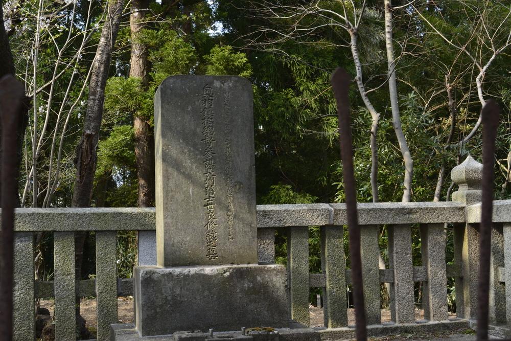 世良修蔵の墓石碑