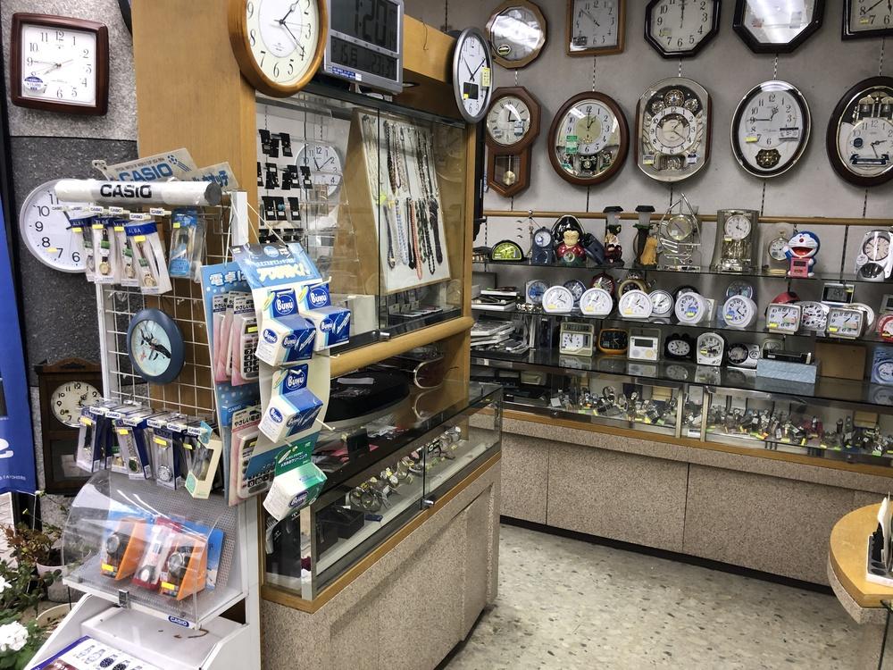 沢山の時計が並ぶ店内