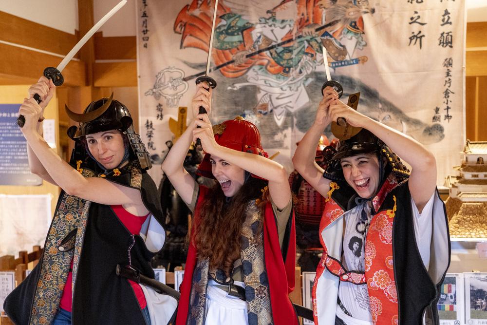 甲冑を着てお城で記念撮影